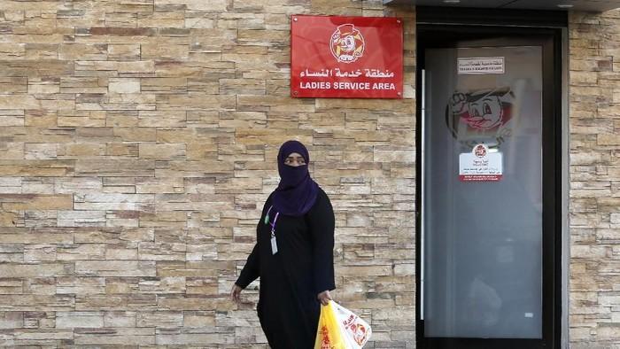 Pintu masuk restoran di Saudi dipisahkan berdasarkan jenis kelamin (AP Photo/Amr Nabil)
