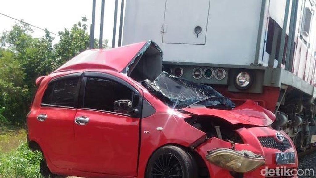 Mobil Tertabrak Kereta di Kendal, 2 Orang Tewas