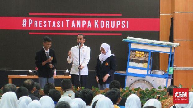 Presiden Jokowi sempat berdiskusi dengan para siswa di SMK 57, Jakarta, Senin (9/12).