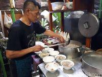 Mie Baso Akung: Yamin Legendaris dengan Topping Ceker Super Lembut!