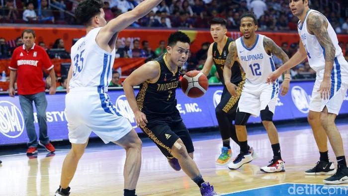 Timnas Basket Putra Indonesia berhadapan dengan Timnas Basket Filipina dalam babak semifinal basket putra Sea Games 2019 yang berlangsung di Mall of Asia Arena, Manila, Filipina, Senin (9/12/2019). Dalam pertandingan melawan tim tuan rumah tersebut, Indonesia kalah dengan skor 97-70.