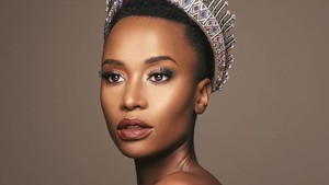 Foto: Zozibini Tunzi Juara Miss Universe 2019 yang Cetak Sejarah