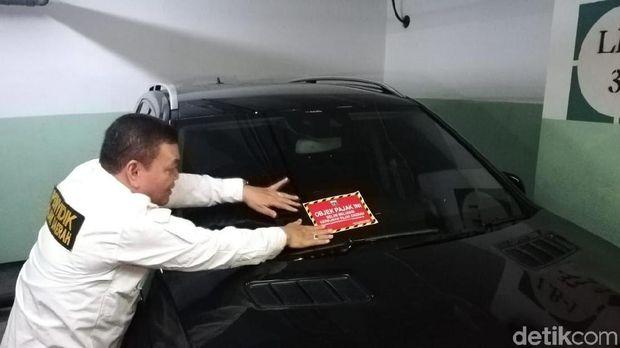 Ilustrasi mobil mewah tak bayar pajak