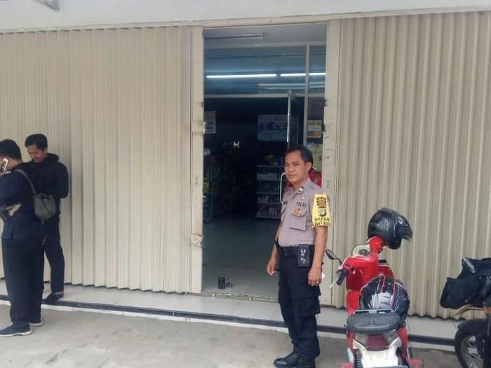 Polsek Pondok Aren melakukan olah TKP pembobolan ATM minimarket. (Foto: Istimewa)