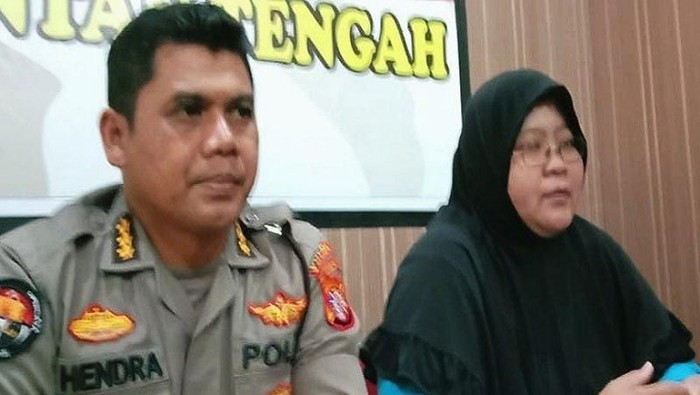Foto: Dokter forensik RSUD dr Doris Sylvanus Palangka Raya, Ricka (kanan) saat jumpa pers bersama Kabid Humas Polda Kalteng Kombes Hendra Rochmawan (kiri)/ Antara Foto