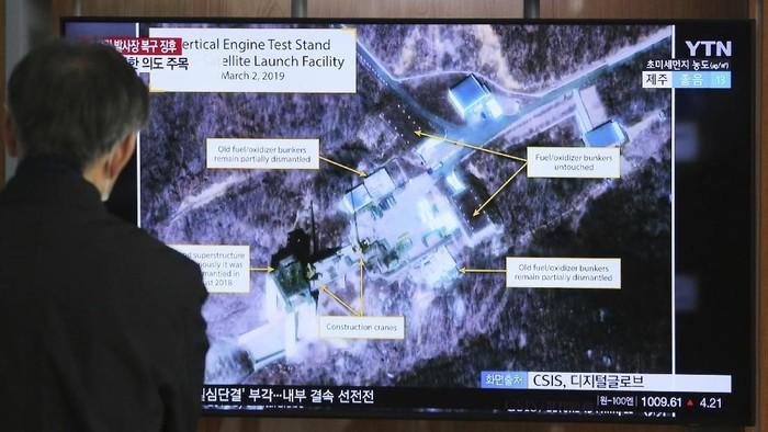 Ilustrasi -- Tayangan televisi Korsel soal lokasi peluncuran Sohae di Korut (AP Photo/Ahn Young-joon, File)