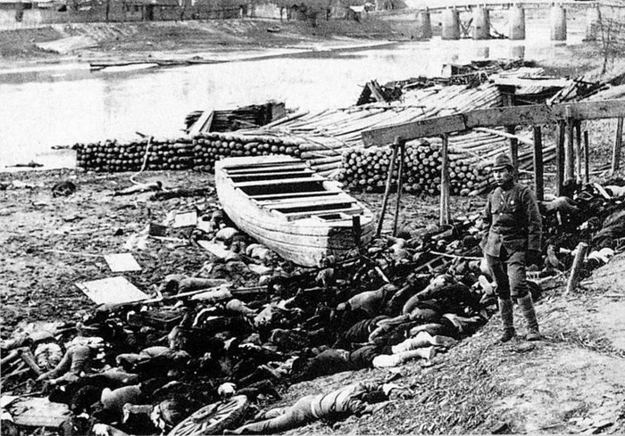 Mayat pembantaian Nanjiing, di Sungai Qinhuai , 1937-1938. (Karya turunan dari foto Moriyasu Murase/Wikimedia Commons)
