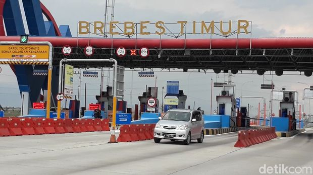 Kakorlantas Polri Irjen Istiono meninjau jalur Tol Trans Jawa di gerbang Tol Brebes Timur, Senin (9/12/2019).