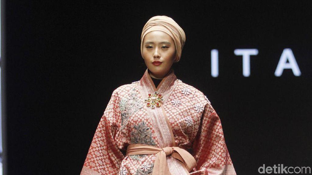 Foto: Keindahan Kain Songket di Baju Karya Itang Yunasz