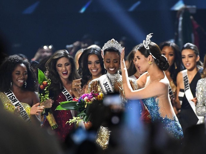 Pemenang Miss Universe 2019 Zozibini Tunzi dari Afrika Selatan. (Foto: Paras Griffin/Getty Images)