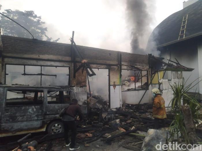 Gudang farmasi RSUD Ploso terbakar (Foto: Enggran Eko Budianto/detikcom)