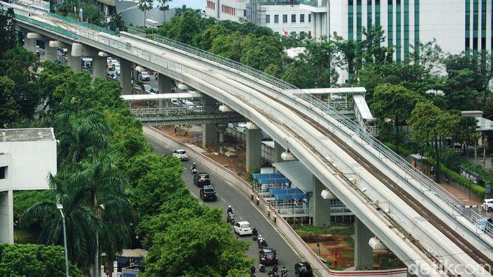 Pekerja menyelesaikan proyek jalur kereta ringan atau Light Rail Transit (LRT) yang menghubungkan Jakarta, Bogor, Depok, Bekasi (Jabodebek) di Kuningan, Jakarta, Selasa (10/12/2019). Pembangunan proyek moda Lintas Rel Terpadu (LRT) Jabodebek terus dikebut dan ditargetkan selesai pada pertengahan tahun 2021