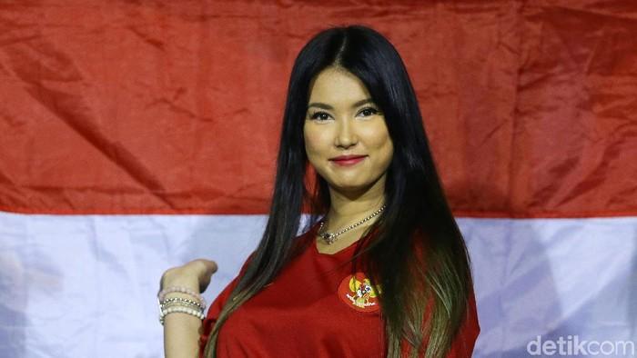 Mantan bintang aktor film dewasa asal Jepang Miyabi kembali hadir ke Rizal Memorial Stadium untuk menyaksikan pertandingan final Sepakbola antara Indonesia melawan Vietnam, Manila, Filipina, Selasa (10/12/2019).
