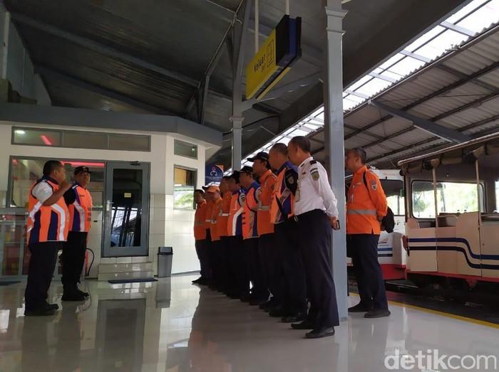Para petugas PT KAI Daop 9 Jember/Foto: Ardian Fanani