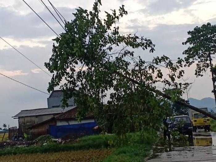 Hujan angin dan es mengguyur Kabupaten Bandung. (Foto: dok. Istimewa)
