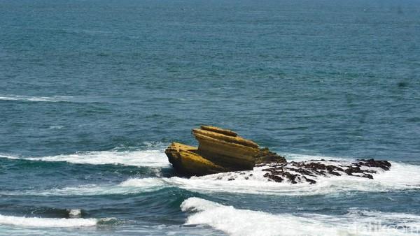 Inilah Pantai Batu Hiu Pangandaran. Pantai ini terkenal dengan ikon batu karang di tengah laut yang bentuknya seperti hiu. Sayang, kini bentuknya tak lagi mirip sirip hiu, akibat dikikis ombak.