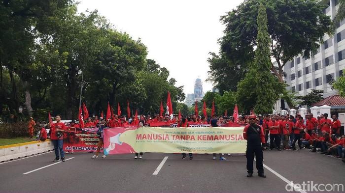 Mahasiswa dan buruh berdemo di depan Istana Negara. (Farih Maulana Sidik/detikcom)