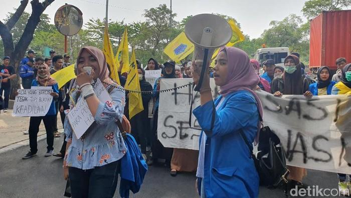 Foto: Puluhan mahasiswa demo di kantor wali kota Bekasi tolak pelecehan seksual. (Isal-detikcom)