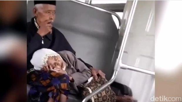Video nenek tidur di pangkuan kakek dalam KA Prameks.