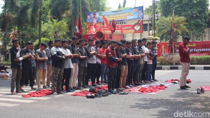 Saat puluhan mahasiswa salah zuhur berjemaah di sela-sela demo/Foto: Suparno