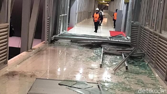 Kaca skybridge pecah akibat diterpa angin ribut. (Bayu/detikcom)
