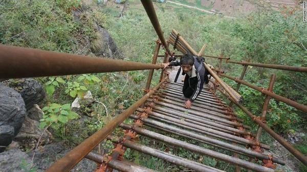 Ada sejumlah 2.556 anak tangga yang menggantikan tangga mengerikan sebelumnya dan itu secara signifikan meningkatkan kondisi ekonomi penduduk setempat (Foto: CNN)