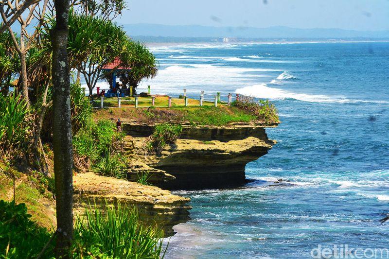 Pantai Batu Hiu terletak di Desa Ciliang, Kecamatan Parigi, Ciamis, Jawa Barat. Jarak menuju pantai ini sekitar 14 km dari Pantai Pangandaran (Faizal Amiruddin/detikcom)