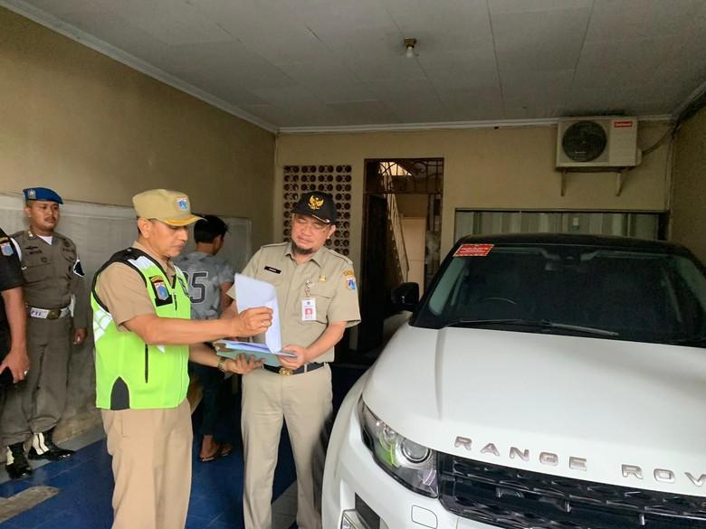 BPRD mendatangi rumah pemilik mobil mewah yang menunggak pajak. Foto: Dok. BPRD