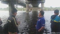 DLH Lamongan Ambil Sampel Air Bengawan Solo yang Hitam Kecokelatan