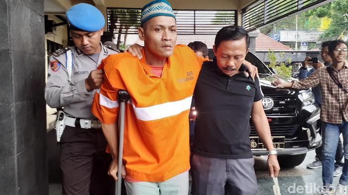 Adrian ditembak kakinya karena kabur saat ditangkap (Muhammad Aminudin/detikcom)