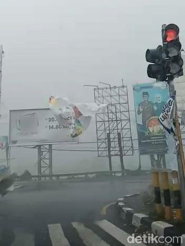 Angin kencang di sebagian wilayah Jawa Timur (Foto: Tangkapan layar video)