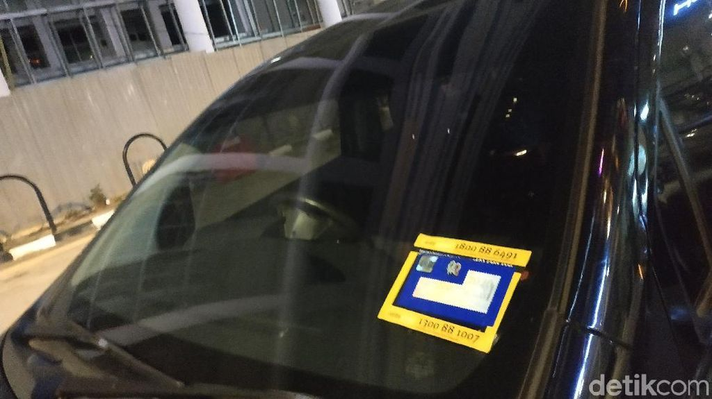 Di Malaysia, Bukti Mobil Sudah Bayar Pajak Ada Stiker di Kaca