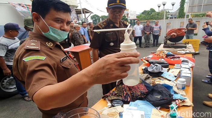 Kejari Kota Sukabumi memusnahkan berbagai barang bukti pidana umum dan narkotika. (Syahdan Alamsyah/detikcom)