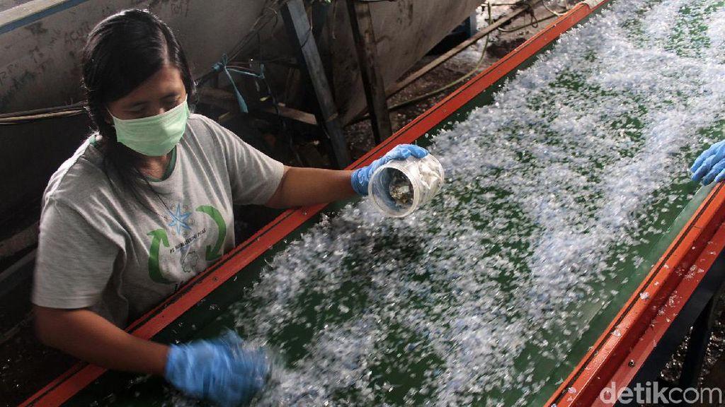 Melihat Proses Daur Ulang Botol Plastik Air Kemasan