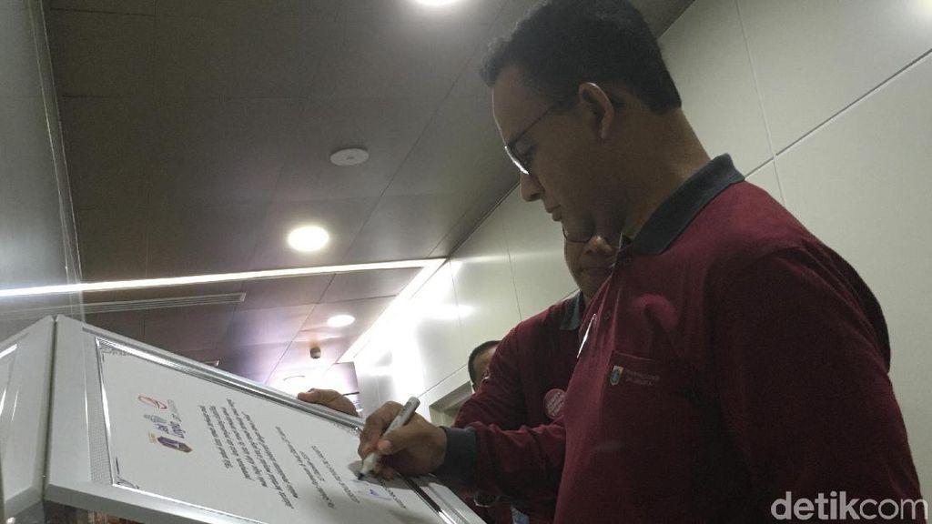 Ditemani Istri, Anies Resmikan Pos Sahabat Perempuan-Anak di Stasiun MRT