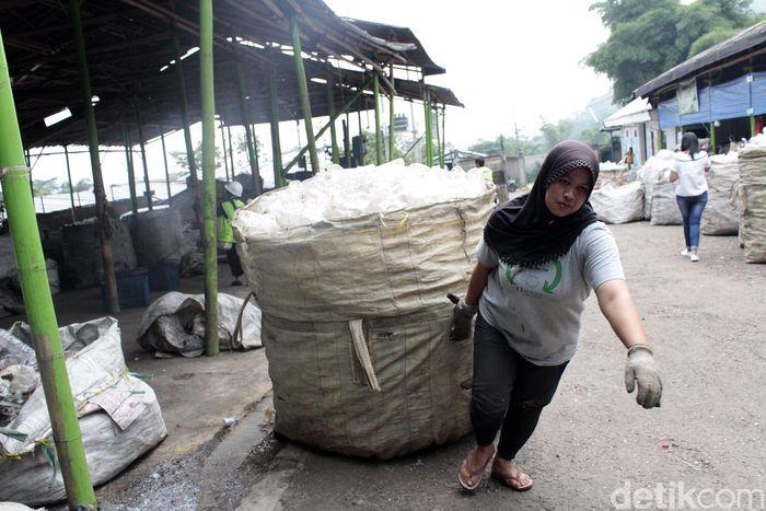 Proses ini dimulai dari bawah, mulai dari tingkat pengepul hingga sampah yang didaur ulang bisa dapat kembali digunakan.