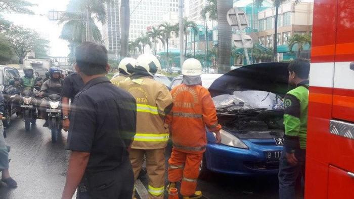 Foto: Mobil terbakar di depan Plaza Senayan (Dok. Antara)