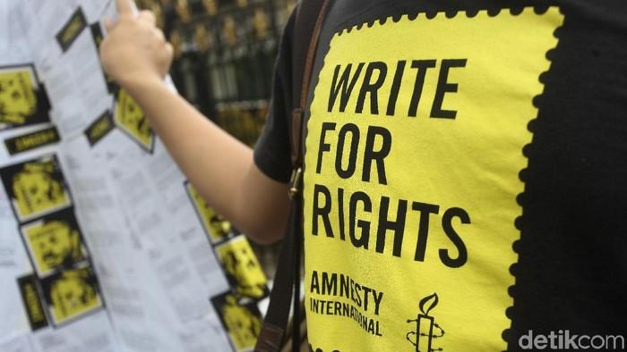Aktivis Amnesty Internasional membawa 5.000 kartu pos untuk diserahkan ke Kantor Sekertaris Kabinet Republik Indonesia.