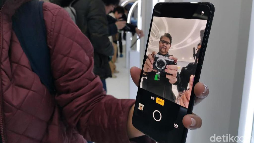 Canggih! Ini Dia Ponsel Oppo dengan Kamera di Dalam Layar