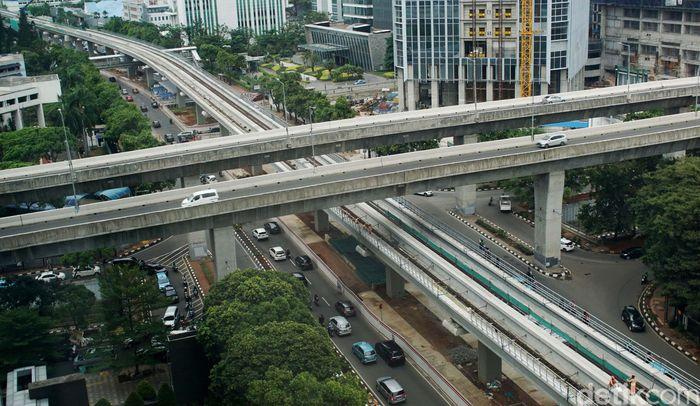 Kereta moda Lintas Raya Terpadu (LRT) yang menjadi solusi dalam mengatasi kemacetan sebentar lagi akan bisa dinikmati oleh masyarakat Jabodebek. Targetnya adalah pertengahan tahun 2021.