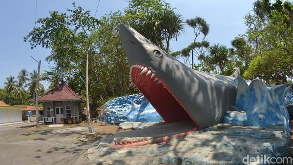 Ornamen-ornamen berbentuk ikan hiu juga turut mempercantik kawasan ini. Bahkan gerbang masuk ke bukit karang Batu Hiu, didesain seolah kita masuk ke mulut ikan hiu.