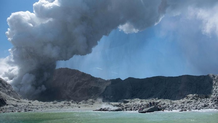 Momen saat gunung api di White Island, Selandia Baru mengalami erupsi. (Foto: Michael Schade via AP)