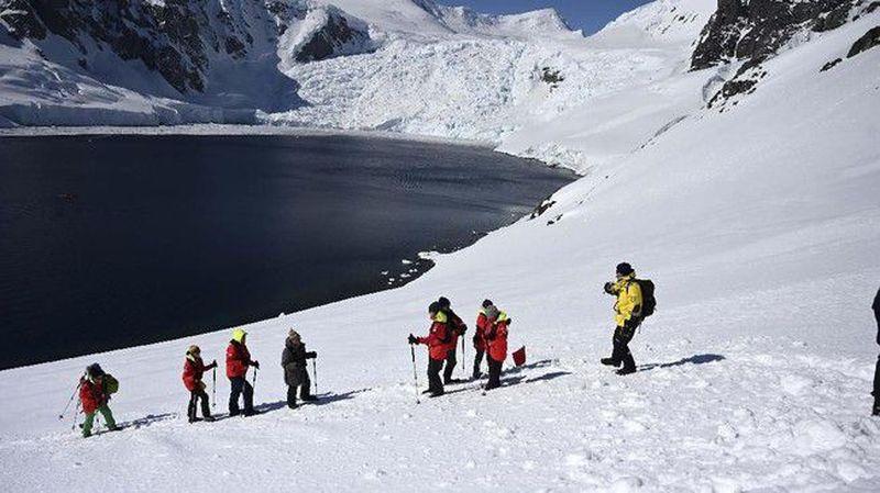 Siapa yang tidak mengenal Antartika? Gurun es di selatan bumi ini tak bisa dihuni oleh manusia. Namun makin ke sini, banyak wisatawan yang tertarik untuk melihat Antartika. (AFP/Johan Ordonez)