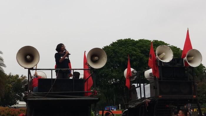 Ketua YLBHI Asfinawati saat demo depan Istana. (Farih Maulana/detikcom)