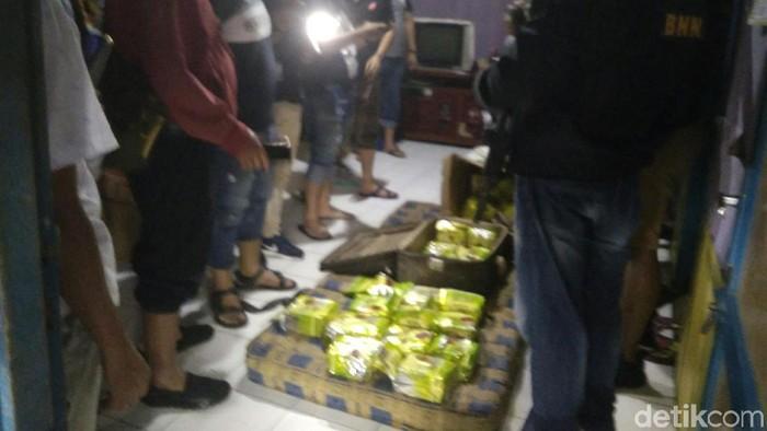 Penggerebekan rumah diduga milik bandar narkoba di Medan. (Foto: Istimewa)