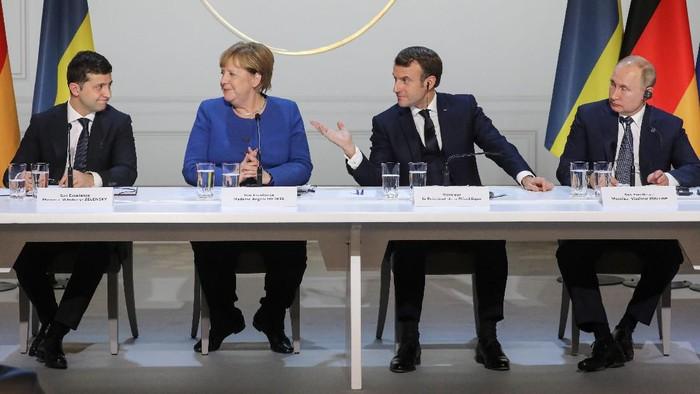 Pertemuan bersejarah antara Presiden Ukraina Volodymyr Zelensky dan Presiden Rusia Vladimir Putin yang dimediasi oleh Presiden Prancis Emmanuel Macron dan Kanselir Jerman Angela Merkel (Ludovic Marin/Pool via AP)