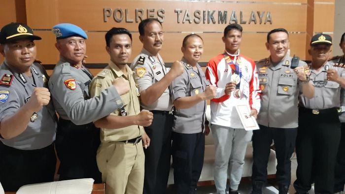Atlet peraih dua medali di SEA Games Muhammad Taufik tiba di kampung halamannya, Tasikmalaya, Jawa Barat.Foto: Deden Rahadian