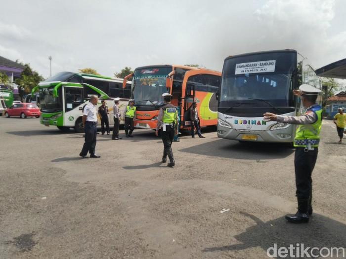 Menjelang libur Natal dan tahun baru, sejumlah sopir bus menjalani pemeriksaan kesehatan dan tes urine di Terminal Ciamis. (Dadang Hermansyah/detikcom)