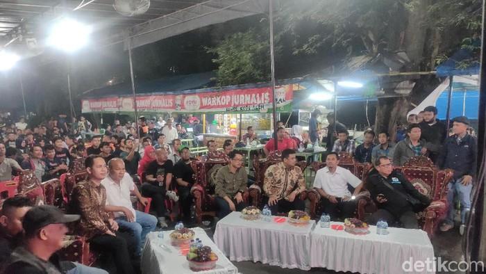 Bobby Nasution nobar final sepakbola SEA Games di Medan. (Budi Warsito/detikcom)
