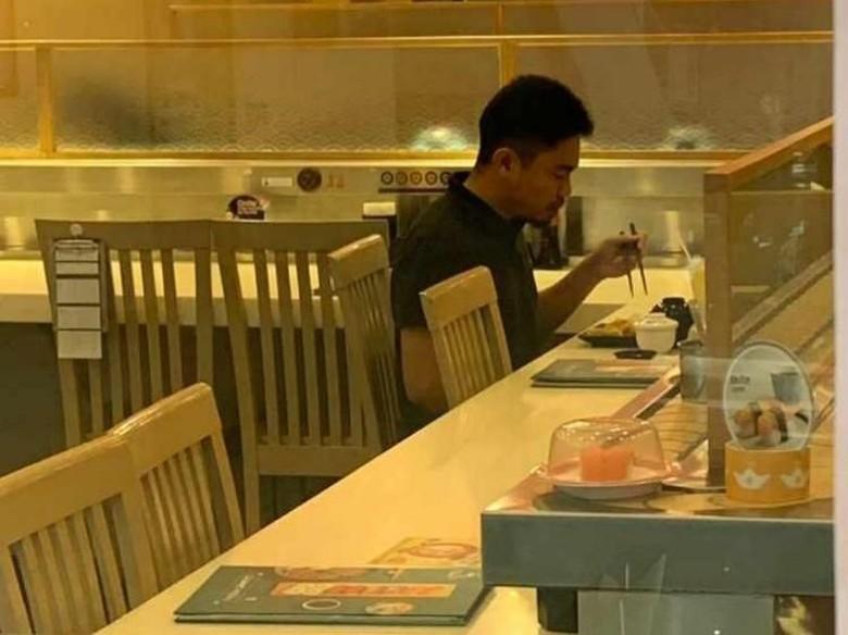 Guru Ini Asyik Makan Sendiri, Netizen: Makan Sendirian Bukan Berarti Kesepian